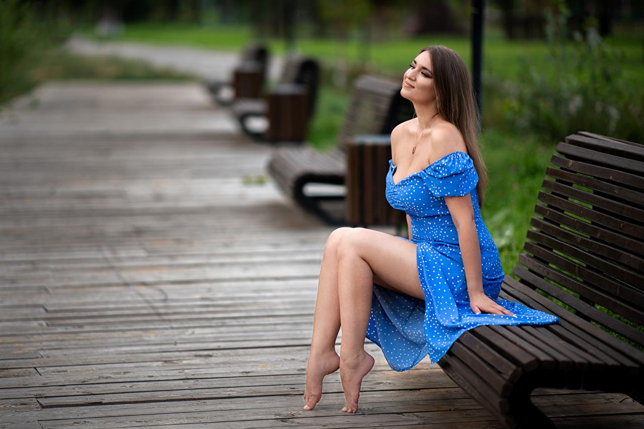Bilder von Model Lächeln unscharfer Hintergrund junge Frauen Bein sitzt Bank (Möbel) Kleid Bokeh Mädchens junge frau sitzen Sitzend