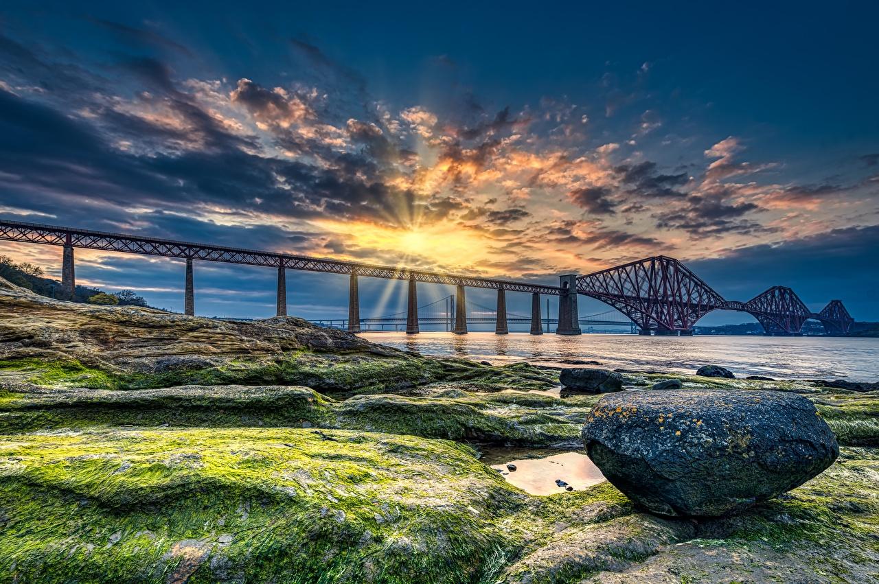 Фотография Лучи света Шотландия Forth Bridge HDRI Мосты Природа рассвет и закат Залив Камни Побережье HDR мост Рассветы и закаты берег Камень залива заливы