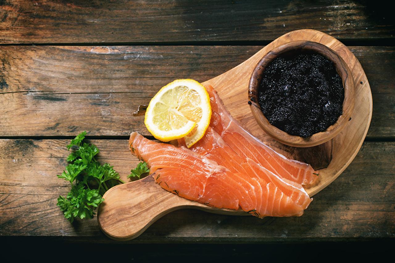 Peces - Alimentos Caviar Limones Salmón Tablones de madera comida, limón, Hueva, Holzplanken Alimentos