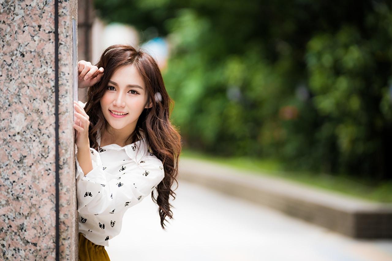 Fotos Lächeln Bokeh Mädchens Asiaten Hand Starren unscharfer Hintergrund junge frau junge Frauen Asiatische asiatisches Blick