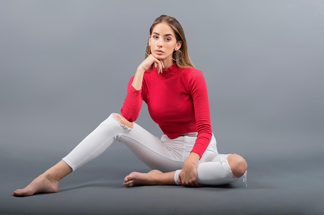 Bilder von Brenda junge Frauen Bein sitzen Blick Grauer Hintergrund Mädchens junge frau sitzt Sitzend Starren
