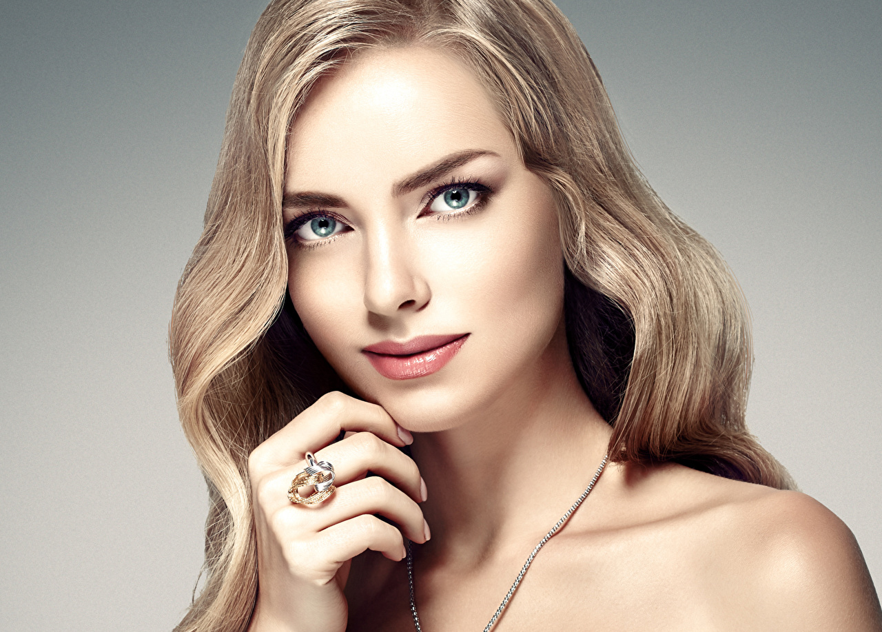 Foto Dunkelbraun Blond Mädchen Schön Gesicht Mädchens Ring Finger Starren Grauer Hintergrund Blondine Blick