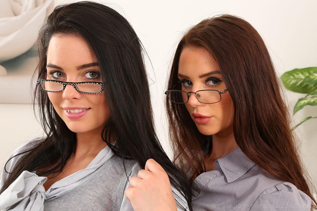 Foto Kay Only Saffron only Brünette Braunhaarige Lächeln Schön Zwei Mädchens Brille Blick Braune Haare hübsch schöne hübsche schöner schönes hübscher 2 junge frau junge Frauen Starren