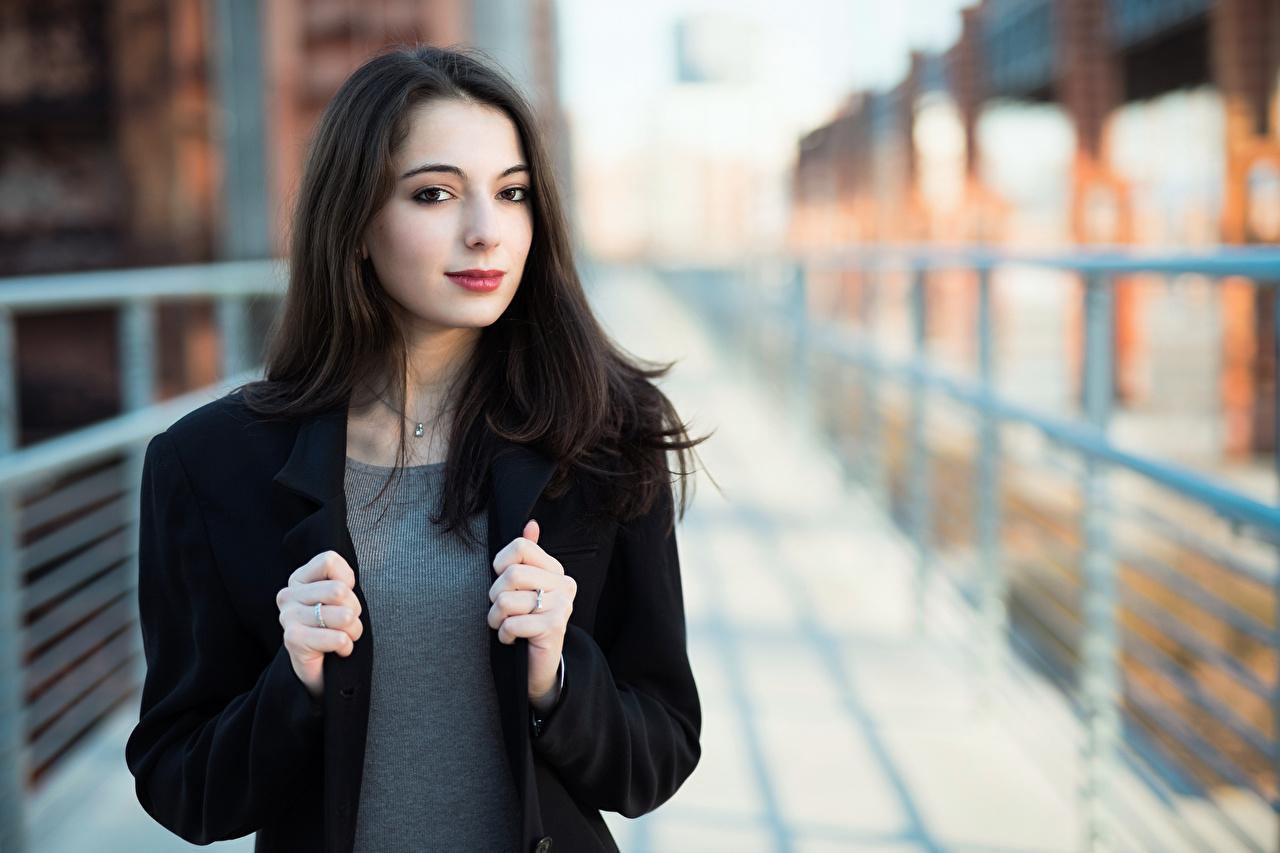 Bilder von Brünette Bokeh Haar junge Frauen Starren unscharfer Hintergrund Mädchens junge frau Blick