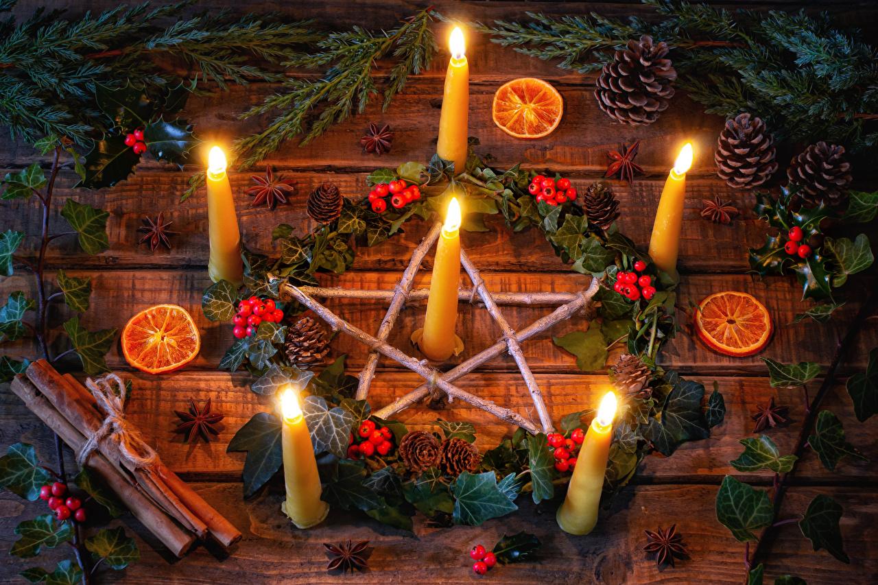Fotos von Neujahr Sternanis Orange Frucht Zimt Ast Beere Zapfen Kerzen Bretter Apfelsine