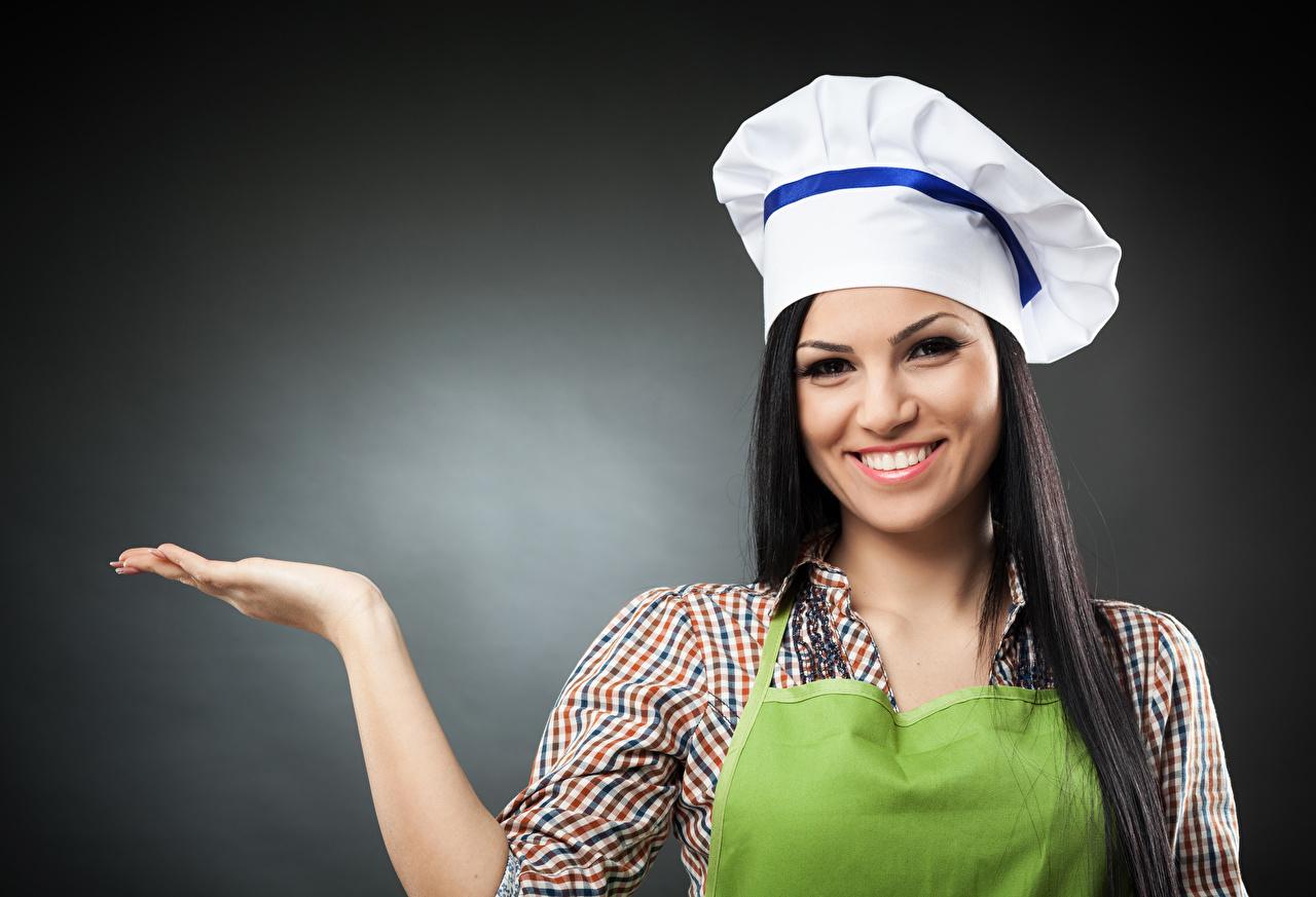 Fotos von Brünette Lächeln Mütze Mädchens Hand koch Grauer Hintergrund köche Küchenchef