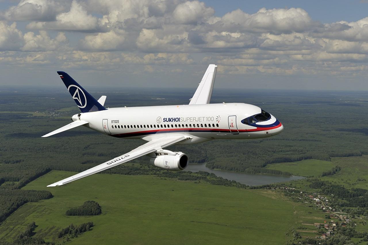 Фотография Самолеты Пассажирские Самолеты российские Sukhoi Superjet 100 летят Авиация Русские Полет летит летящий