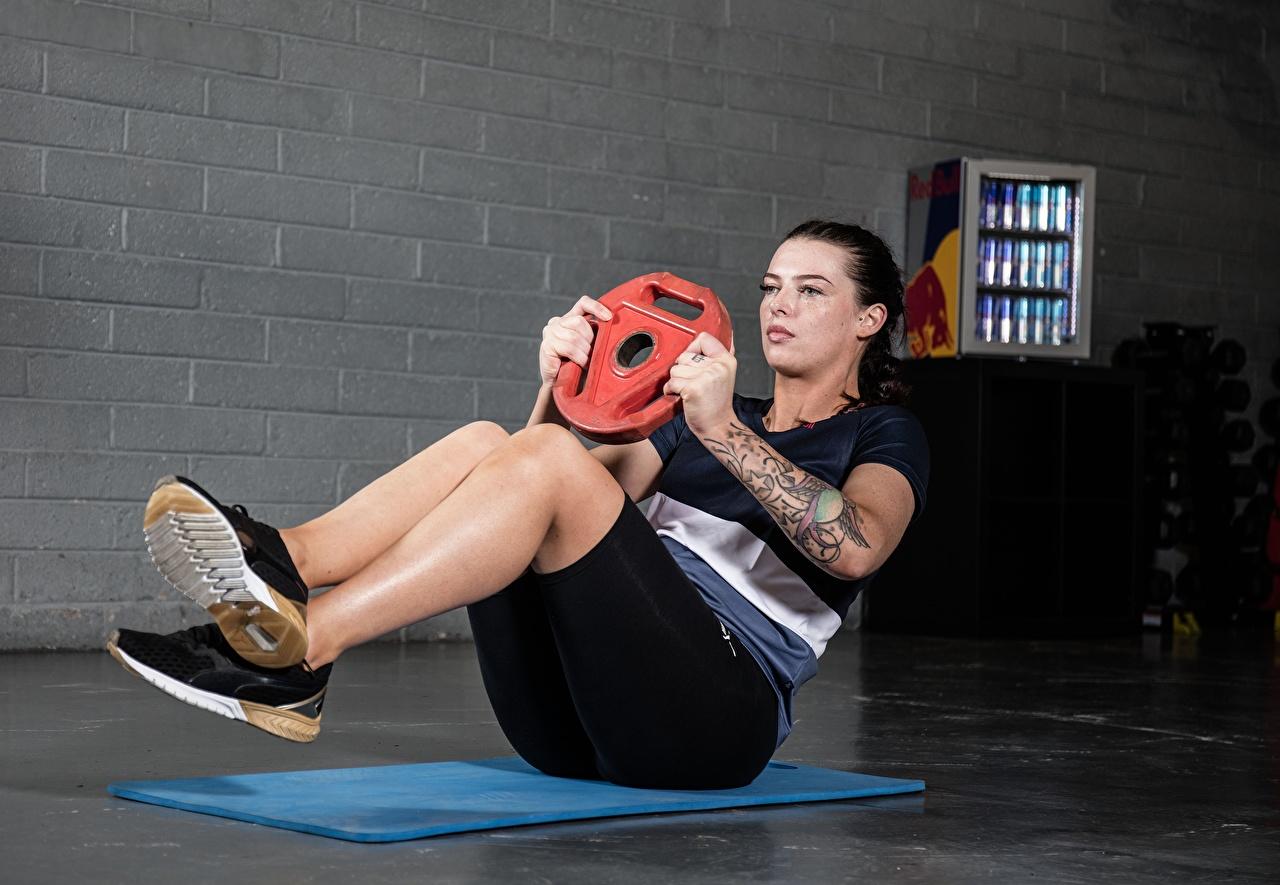 Desktop Hintergrundbilder Tätowierung Körperliche Aktivität Schuhsohle ABS Fitness Sport Mädchens Bein Hand Trainieren junge frau sportliches junge Frauen