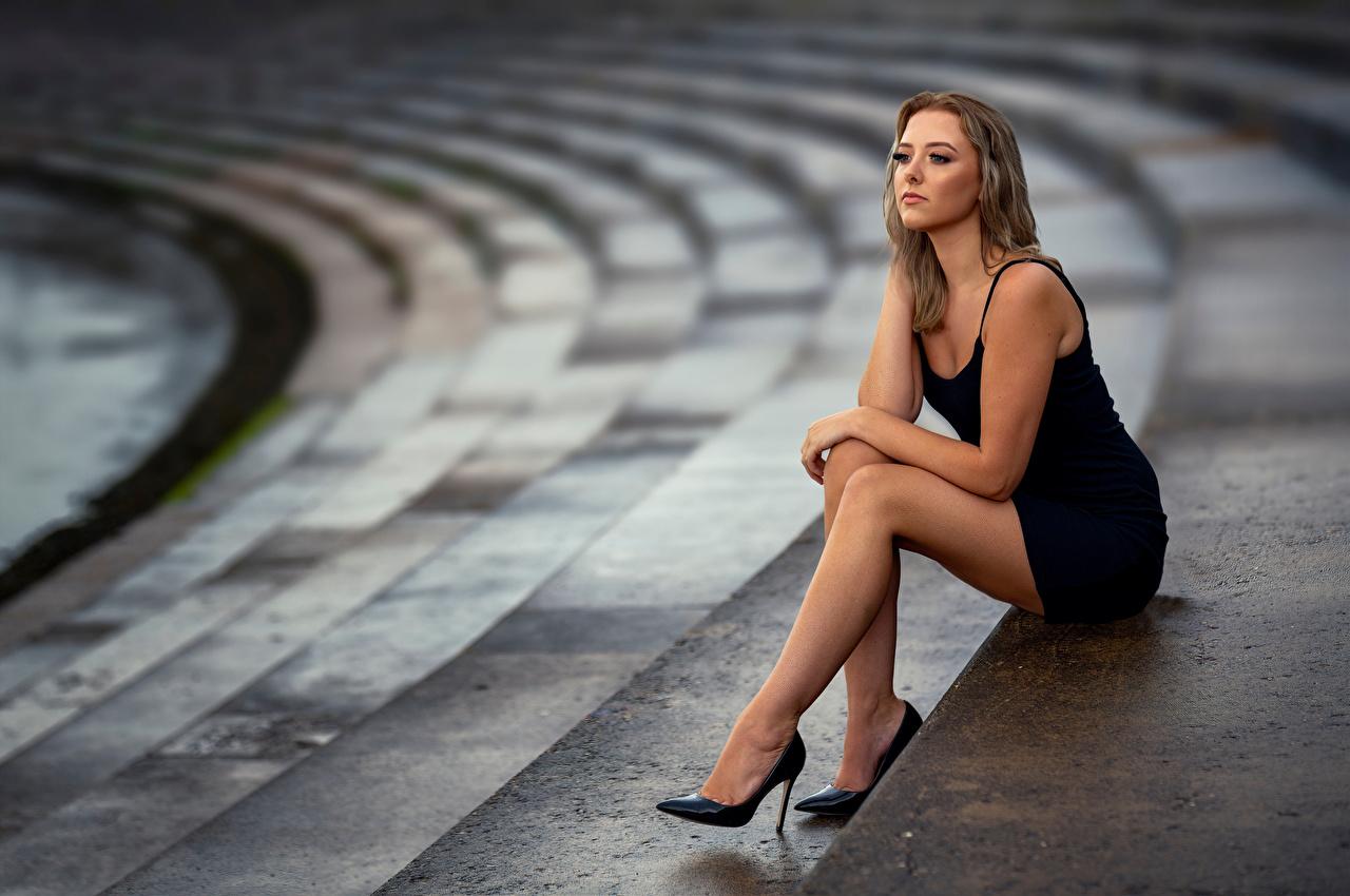 Fotos von Bokeh Pose Mädchens Bein sitzen Kleid unscharfer Hintergrund posiert junge frau junge Frauen sitzt Sitzend