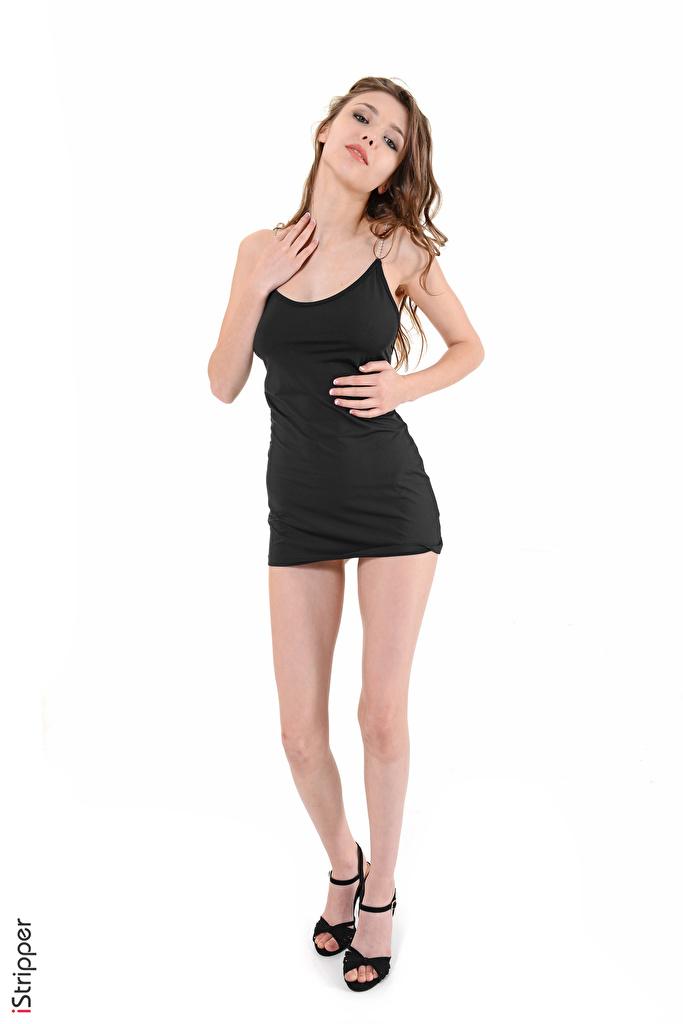 Bilder von Mila Azul Braunhaarige iStripper Mädchens Bein Hand Weißer hintergrund Kleid High Heels  für Handy Braune Haare junge frau junge Frauen Stöckelschuh