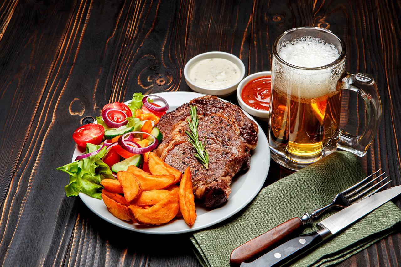 Bilder Messer Bier Pommes frites Gabel Teller Schaum Becher Gemüse das Essen Fleischwaren Bretter Fritten Essgabel Lebensmittel