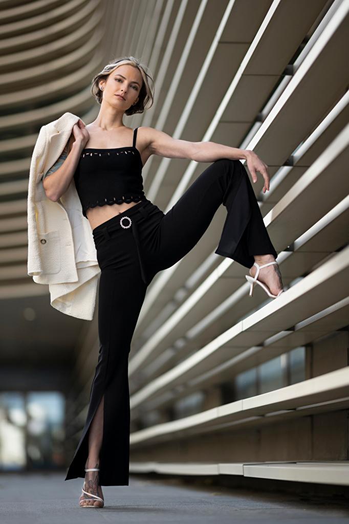 Fotos unscharfer Hintergrund posiert Mädchens Bein Unterhemd Blick Sakko Die Hose  für Handy Bokeh Pose junge frau junge Frauen Starren