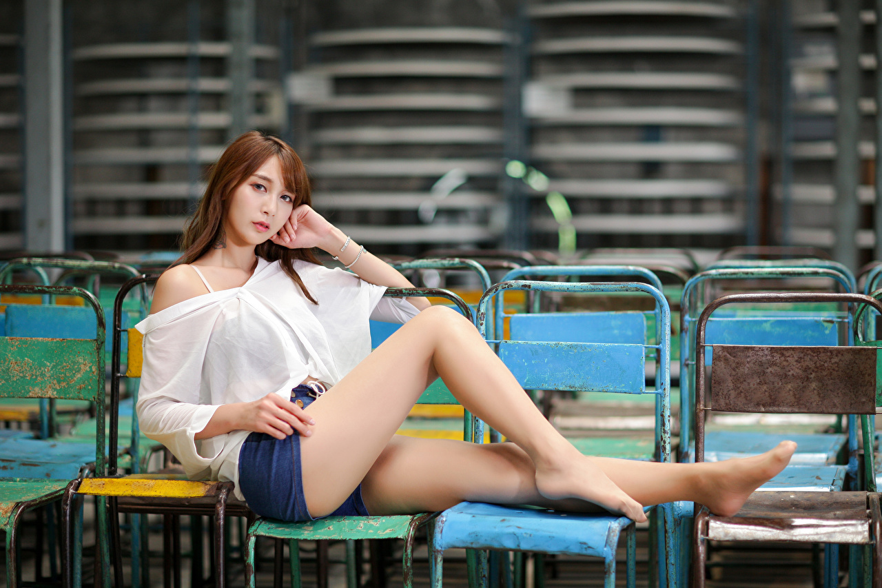 Bilder von Braune Haare Bluse Mädchens Bein Asiaten Shorts Sitzend Starren Braunhaarige junge frau junge Frauen Asiatische asiatisches sitzt sitzen Blick