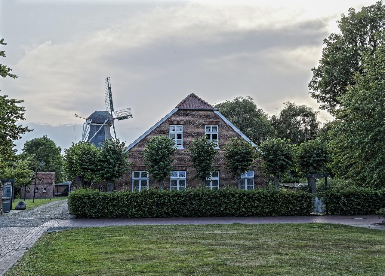 Afbeeldingen Duitsland Windmolen Leezdorf Herenhuis Gazon gebouw Steden Struiken windmolens Huizen gebouwen een stad
