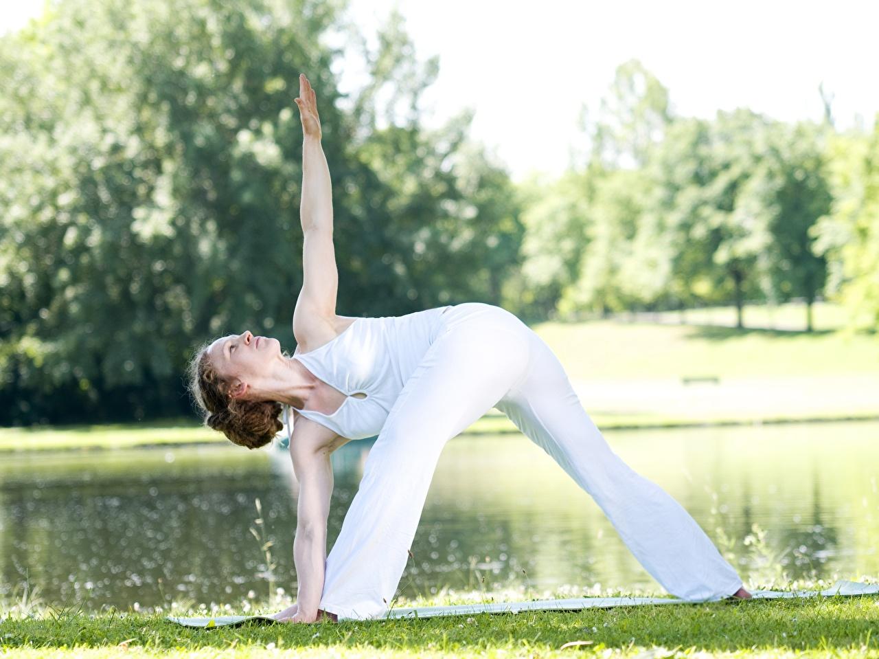 Bilder von Braunhaarige Joga Trainieren Pose Fitness junge frau Bein Gras Hand Braune Haare Yoga Körperliche Aktivität posiert Mädchens junge Frauen
