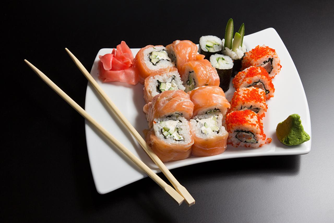 Desktop Hintergrundbilder Reis Sushi Caviar Fische - Lebensmittel Teller Lebensmittel Essstäbchen Meeresfrüchte Grauer Hintergrund Rogen Kaviar das Essen