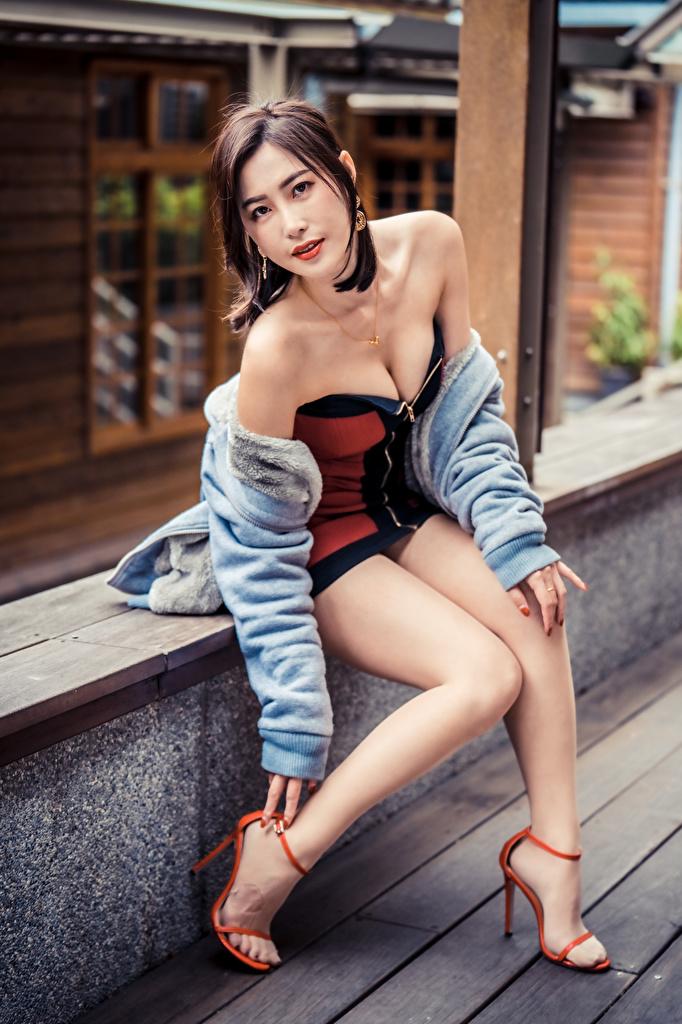 Fotos Pose Mädchens Bein Asiatische sitzen Blick Kleid  für Handy posiert junge frau junge Frauen Asiaten asiatisches sitzt Sitzend Starren