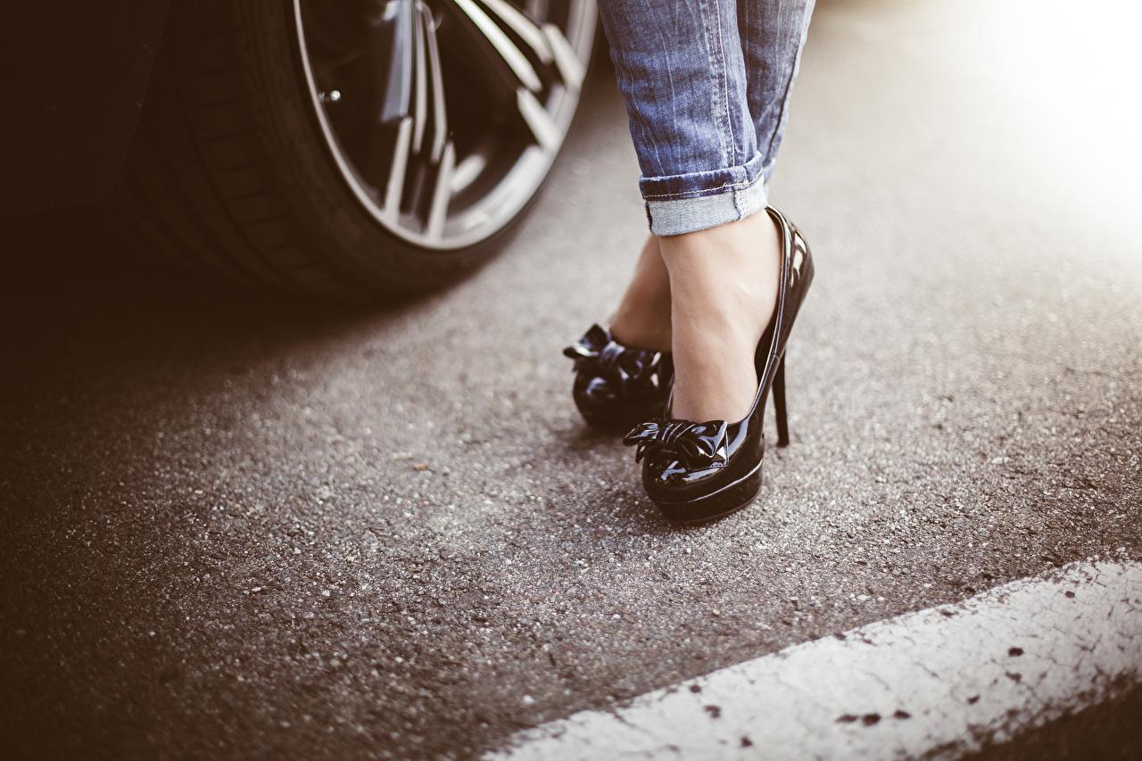 Desktop Hintergrundbilder junge frau Bein Jeans Asphalt hautnah High Heels Mädchens junge Frauen Nahaufnahme Großansicht Stöckelschuh