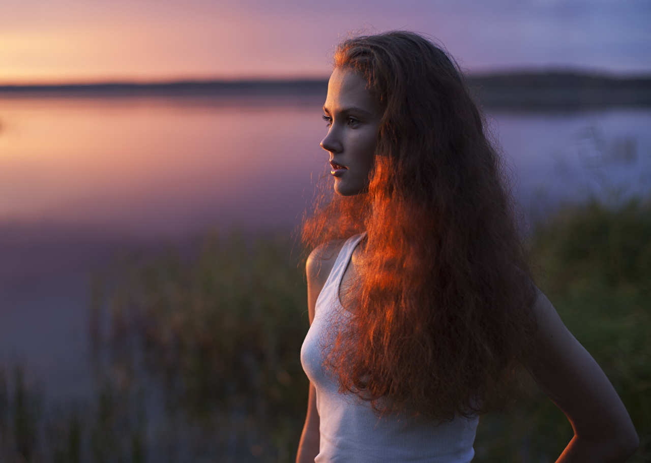 Desktop Hintergrundbilder Rotschopf unscharfer Hintergrund Haar junge Frauen Unterhemd Morgendämmerung und Sonnenuntergang Starren Bokeh Mädchens junge frau Sonnenaufgänge und Sonnenuntergänge Blick