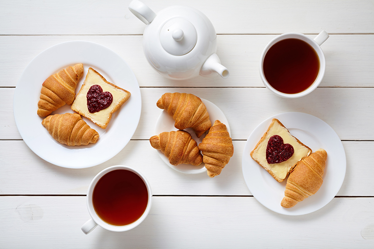Foto Valentinstag Herz Tee Croissant Frühstück Butterbrot Flötenkessel Tasse Teller Lebensmittel Bretter Pfeifkessel Wasserkessel