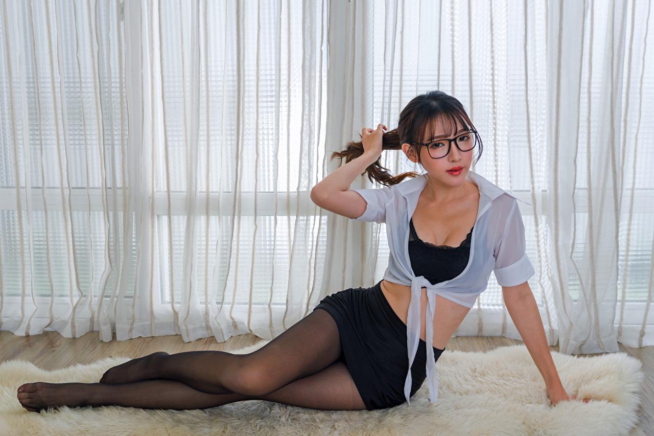 Foto Strumpfhose Bluse Mädchens Bein Asiatische Brille Sitzend Blick junge frau junge Frauen Asiaten asiatisches sitzt sitzen Starren