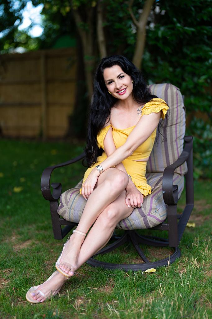 Foto Victoria Bell Brünette Lächeln Mädchens Bein Sessel sitzen Blick  für Handy junge frau junge Frauen sitzt Sitzend Starren