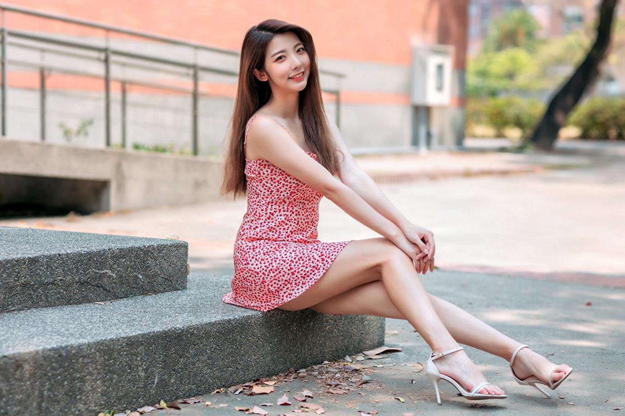 Bilder Lächeln Mädchens Bein Asiaten Sitzend Kleid junge frau junge Frauen Asiatische asiatisches sitzt sitzen
