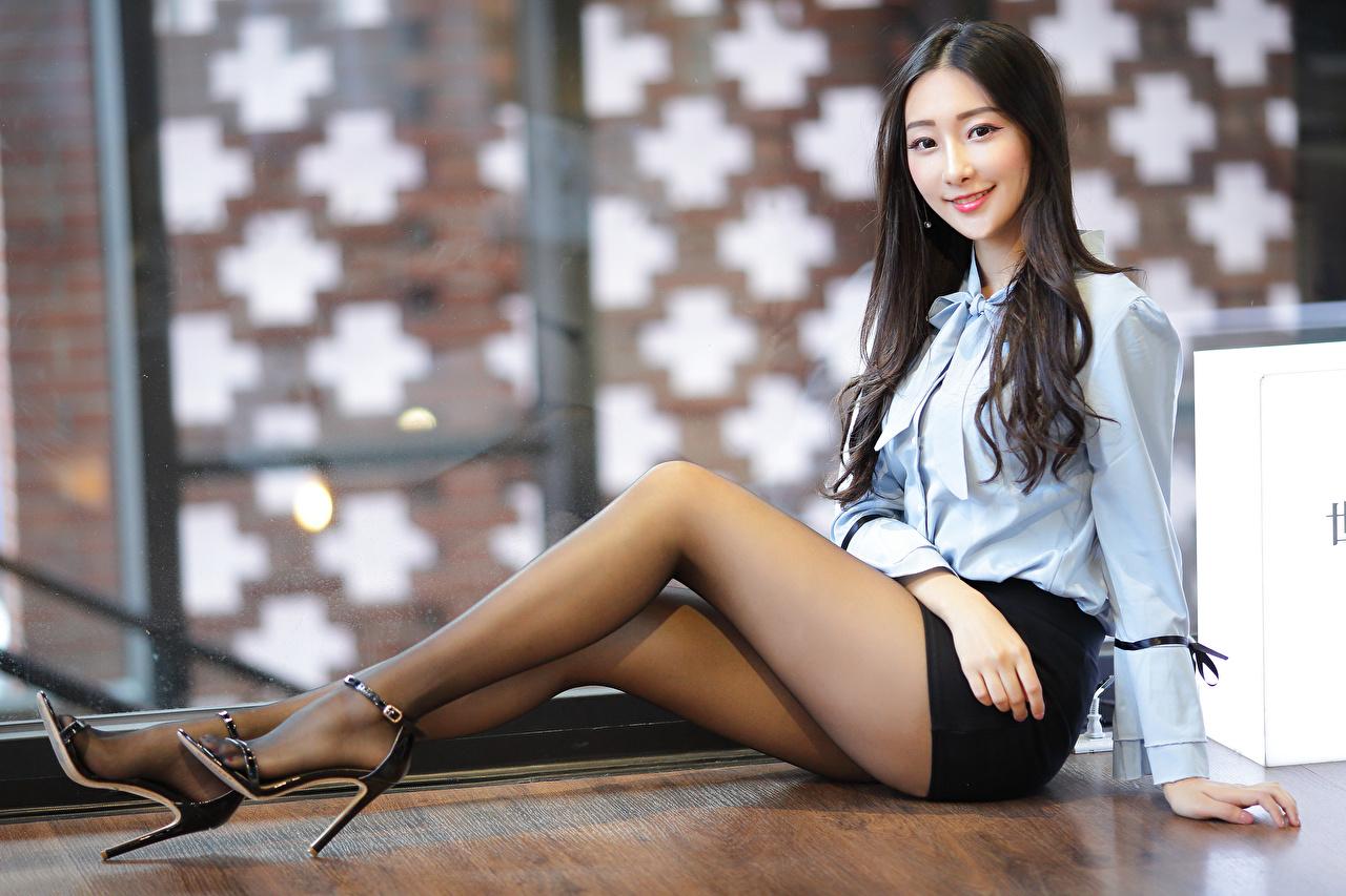 Asiatique Sourire S'asseyant Jambe Chemisier Voir Collants jeune femme, jeunes femmes, asiatiques, Regard fixé, assise, assis, assises Filles