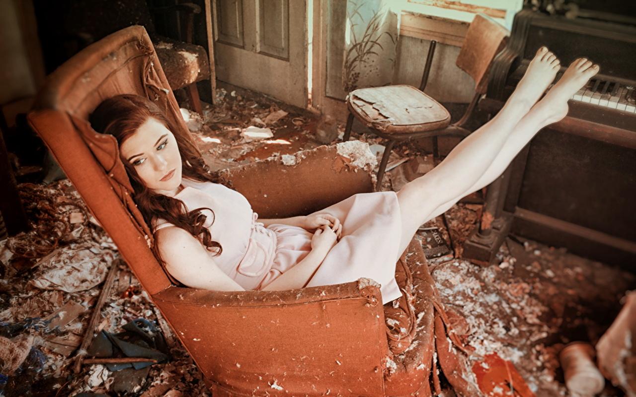 Desktop Hintergrundbilder Braune Haare junge Frauen Bein Zimmer Sessel Braunhaarige Mädchens junge frau