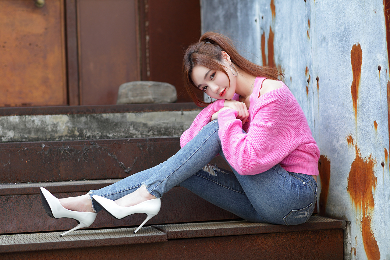 Bilder posiert junge frau Bein Jeans Asiaten Sweatshirt sitzen Blick Stöckelschuh Pose Mädchens junge Frauen Asiatische asiatisches sitzt Sitzend Starren High Heels