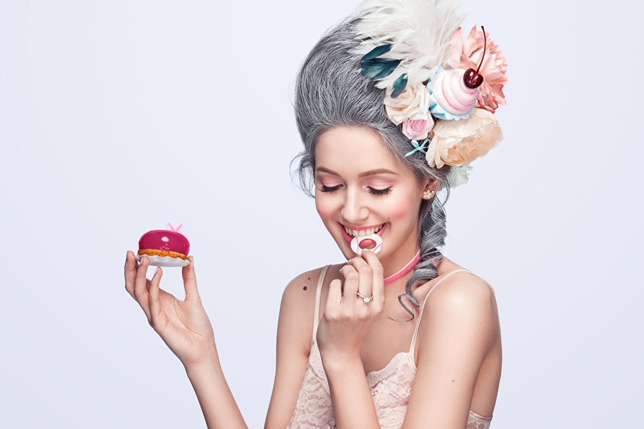 Bilder Leende Frisyr ung kvinna fjäder hand Grå bakgrund frisyrer Unga kvinnor Fjädrar Händer