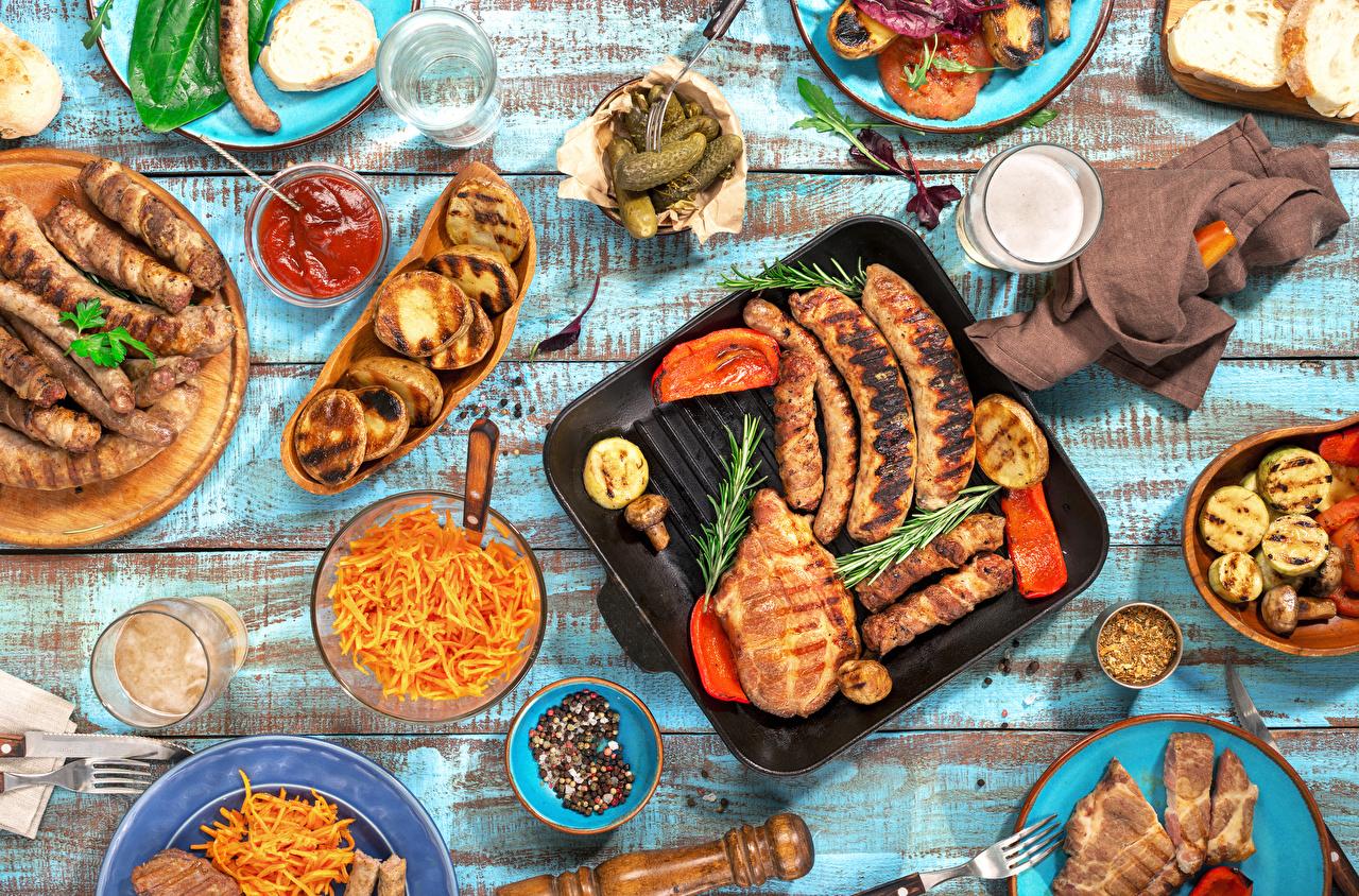 Bilder von Ketchup Trinkglas Wiener Würstchen Gemüse Gewürze das Essen Servieren Fleischwaren Bretter Getränk Frankfurter Würstel Lebensmittel Tischtermine Getränke