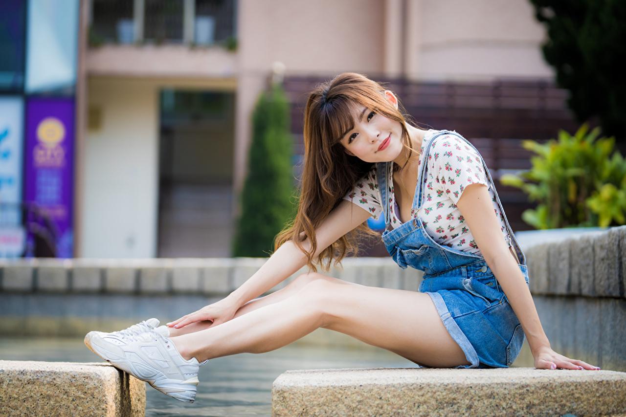 Fotos von Lächeln Bokeh junge frau Bein Asiatische sitzt unscharfer Hintergrund Mädchens junge Frauen Asiaten asiatisches sitzen Sitzend