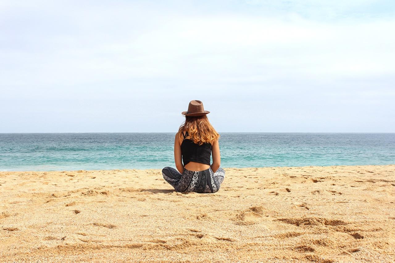 Bilder von Strand Ruhen Der Hut Mädchens Sand Sitzend ausruhen Erholung