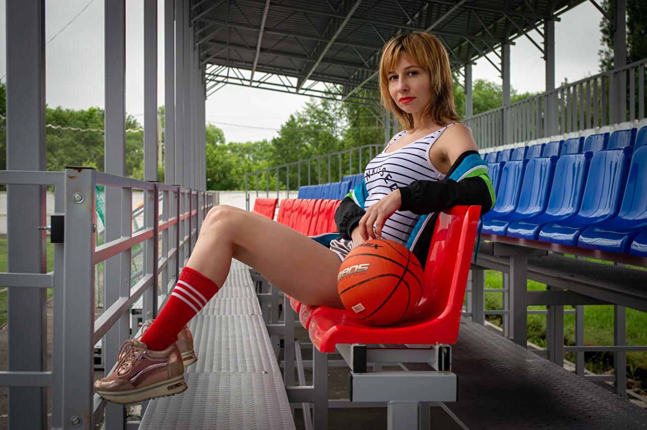Fotos Victoria Borodinova junge Frauen Bein Unterhemd Ball sitzen Starren Mädchens junge frau sitzt Sitzend Blick