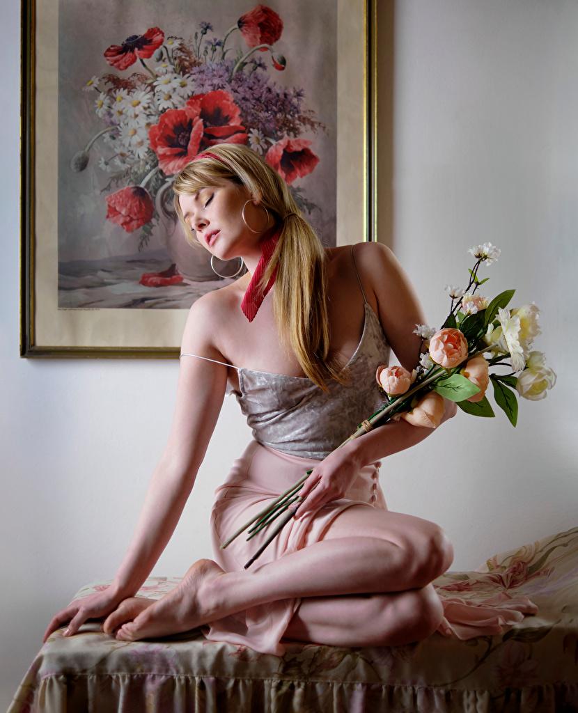 Desktop Hintergrundbilder Carla Monaco Rock Blondine Sträuße Mädchens Unterhemd Sitzend  für Handy Blond Mädchen Blumensträuße junge frau junge Frauen sitzt sitzen