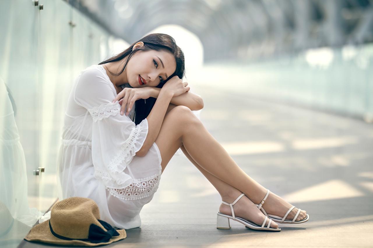 Foto Brünette Strumpfhose Bokeh junge frau Bein Asiatische Hand Sitzend unscharfer Hintergrund Mädchens junge Frauen Asiaten asiatisches sitzt sitzen
