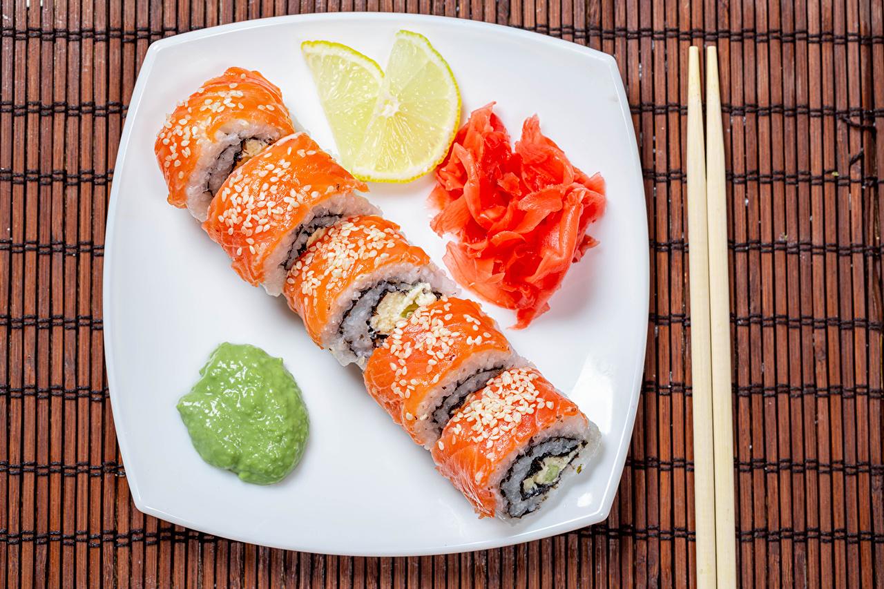 Desktop Hintergrundbilder Sushi Zitrone Fische - Lebensmittel Teller das Essen Essstäbchen Zitronen Lebensmittel