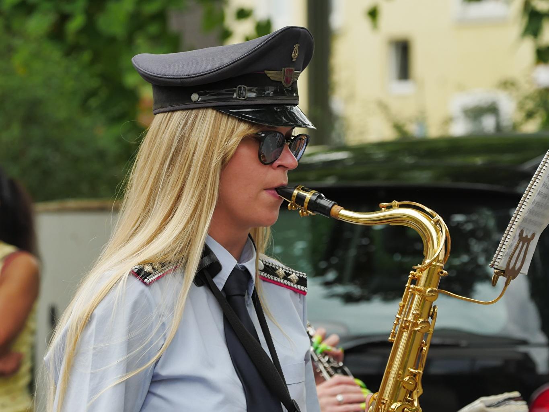 Instrument de musique Uniforme Blondeur Fille Chapeau Lunettes Cravate jeune femme, jeunes femmes Filles