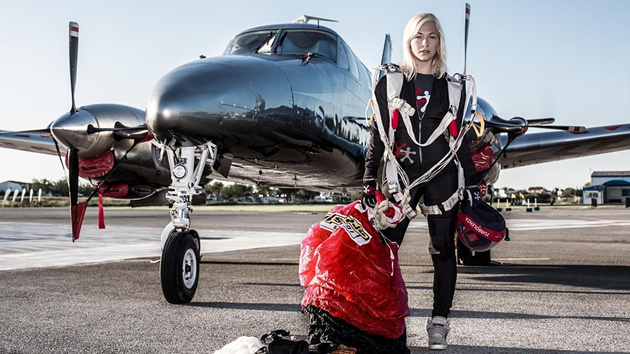 Foto Flugzeuge Blond Mädchen Sport Fallschirmspringen Uniform Blondine