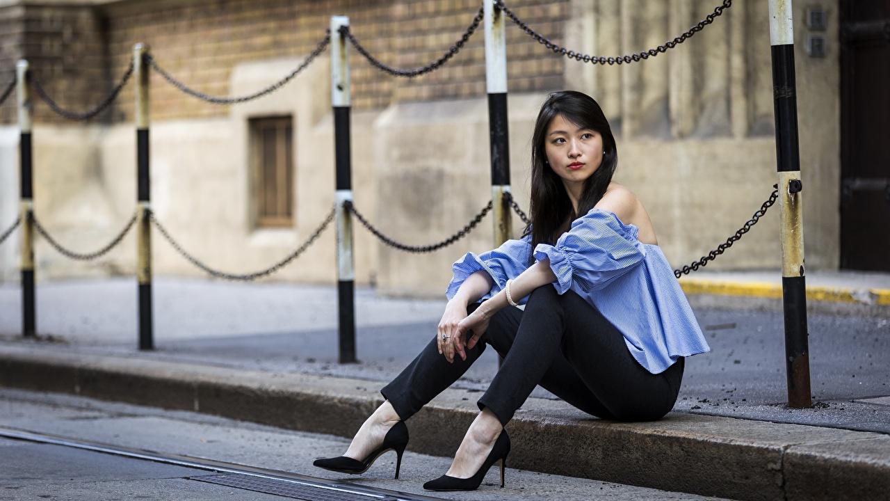 Bilder von Brünette junge frau Bein asiatisches Hand Sitzend Stöckelschuh Mädchens junge Frauen Asiaten Asiatische sitzt sitzen High Heels