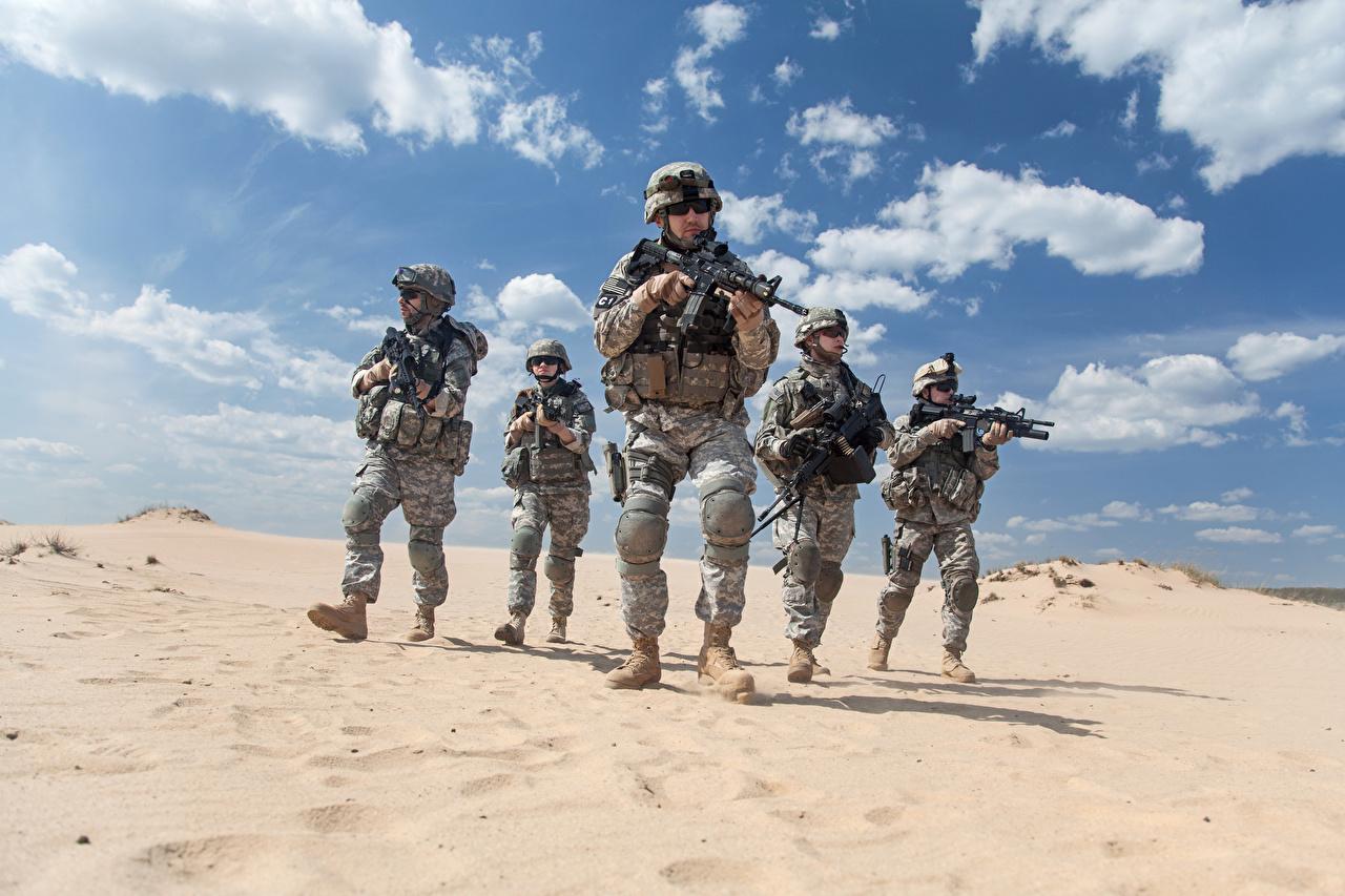 Fotos von Soldaten Sturmgewehr Wüste Uniform Heer