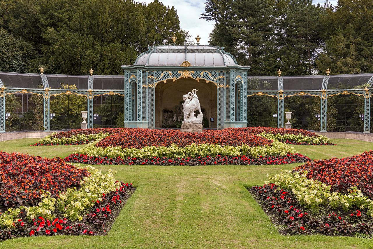 Photo England Waddesdon Manor Nature park Begonia Lawn Sculptures Design Parks