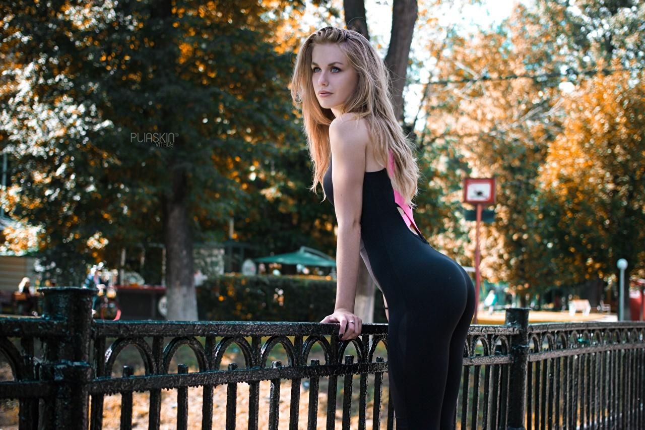 Desktop Hintergrundbilder Gesäß Blond Mädchen Pose Fitness junge frau Zaun Uniform Starren Blondine posiert Mädchens junge Frauen Blick