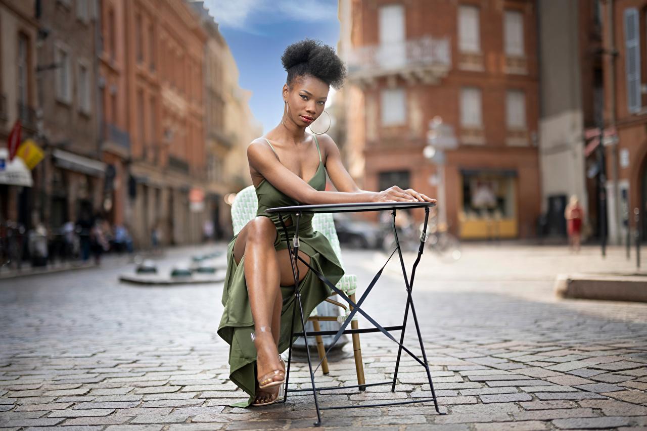 Foto unscharfer Hintergrund posiert Neger Mädchens Sitzend Blick Kleid Bokeh Pose junge frau junge Frauen sitzt sitzen Starren