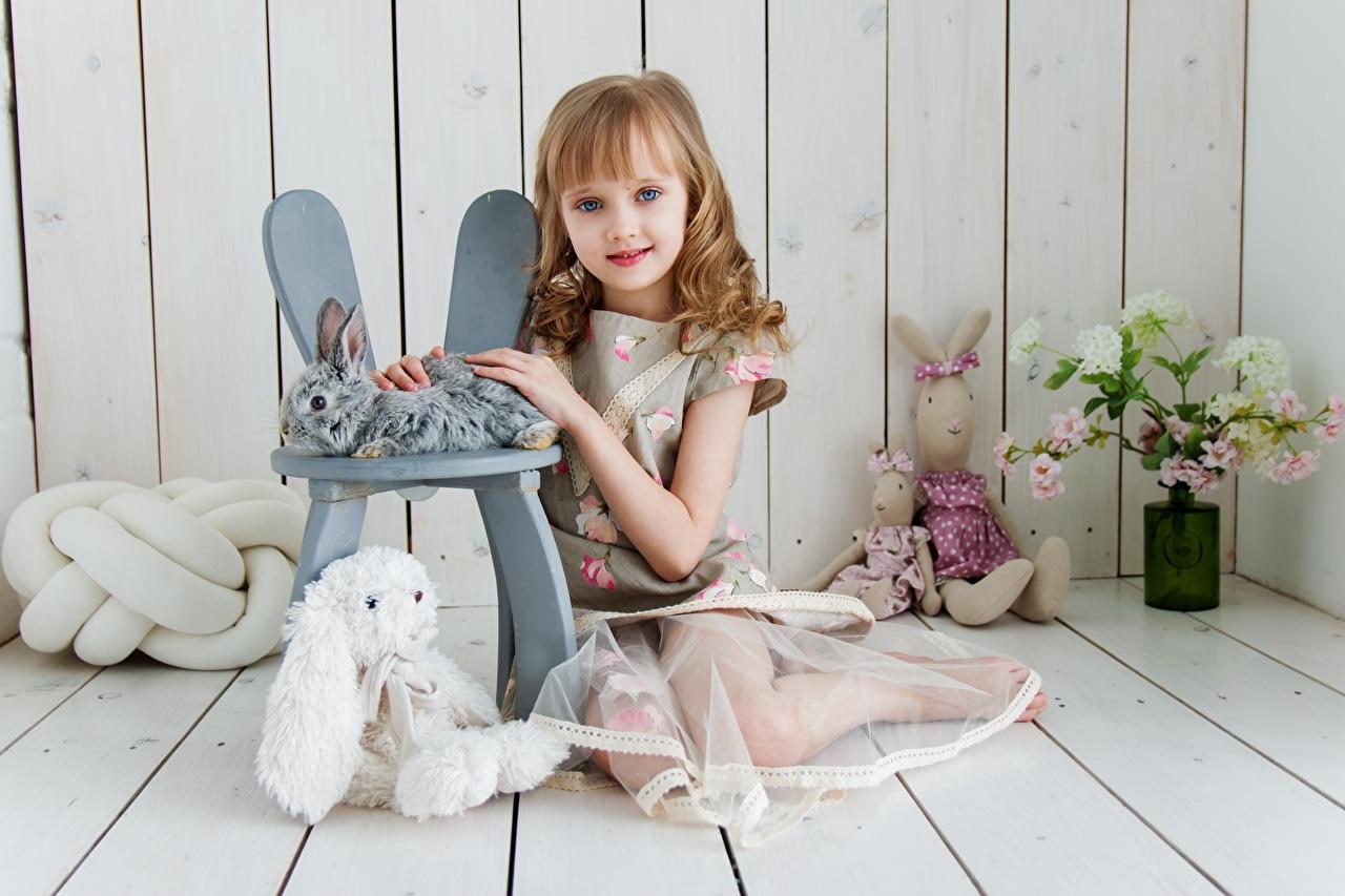 Fotos von Kleine Mädchen kind Sitzend Spielzeuge Bretter Kinder sitzt sitzen
