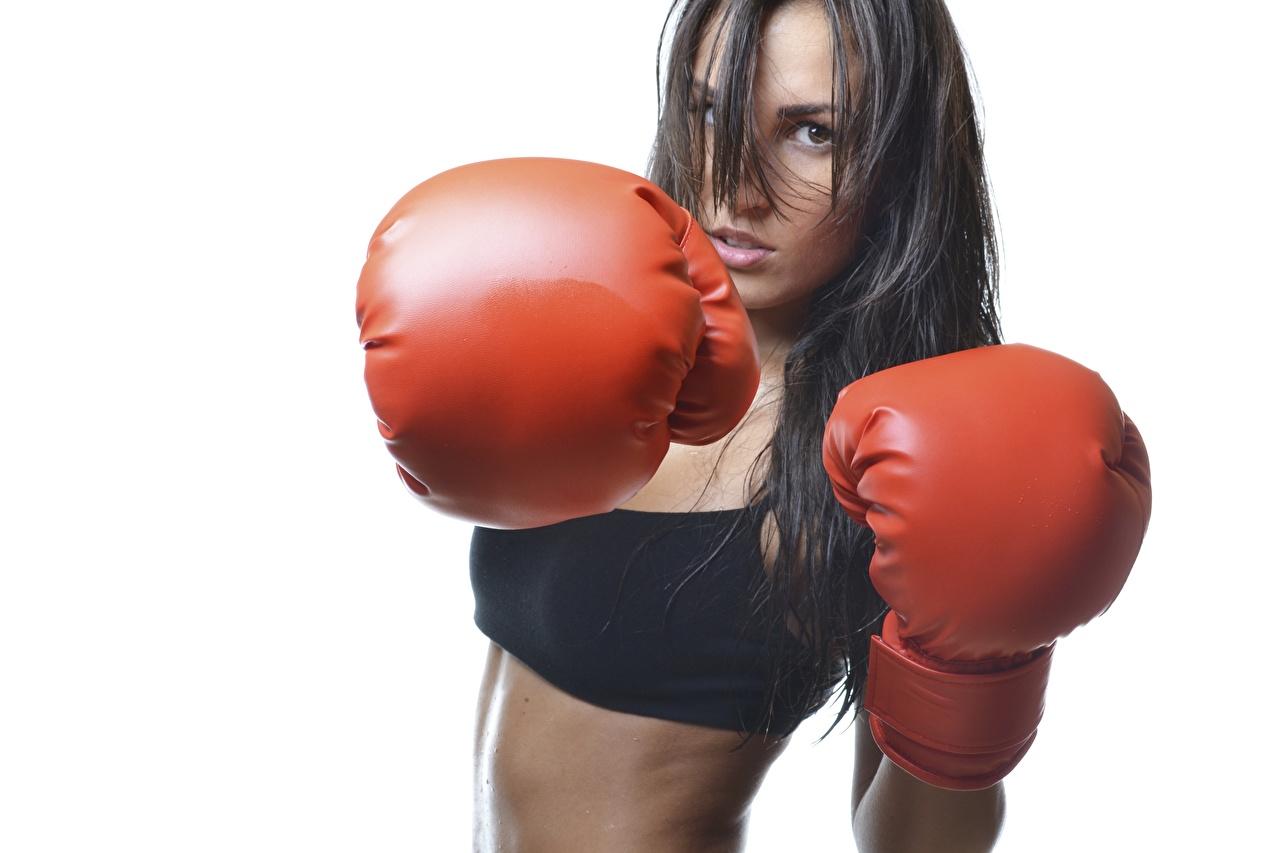 Foto Brunett tjej Handskar Slå atletisk Unga kvinnor Boxning Händer Blick Vit bakgrund slår Sport ung kvinna hand ser
