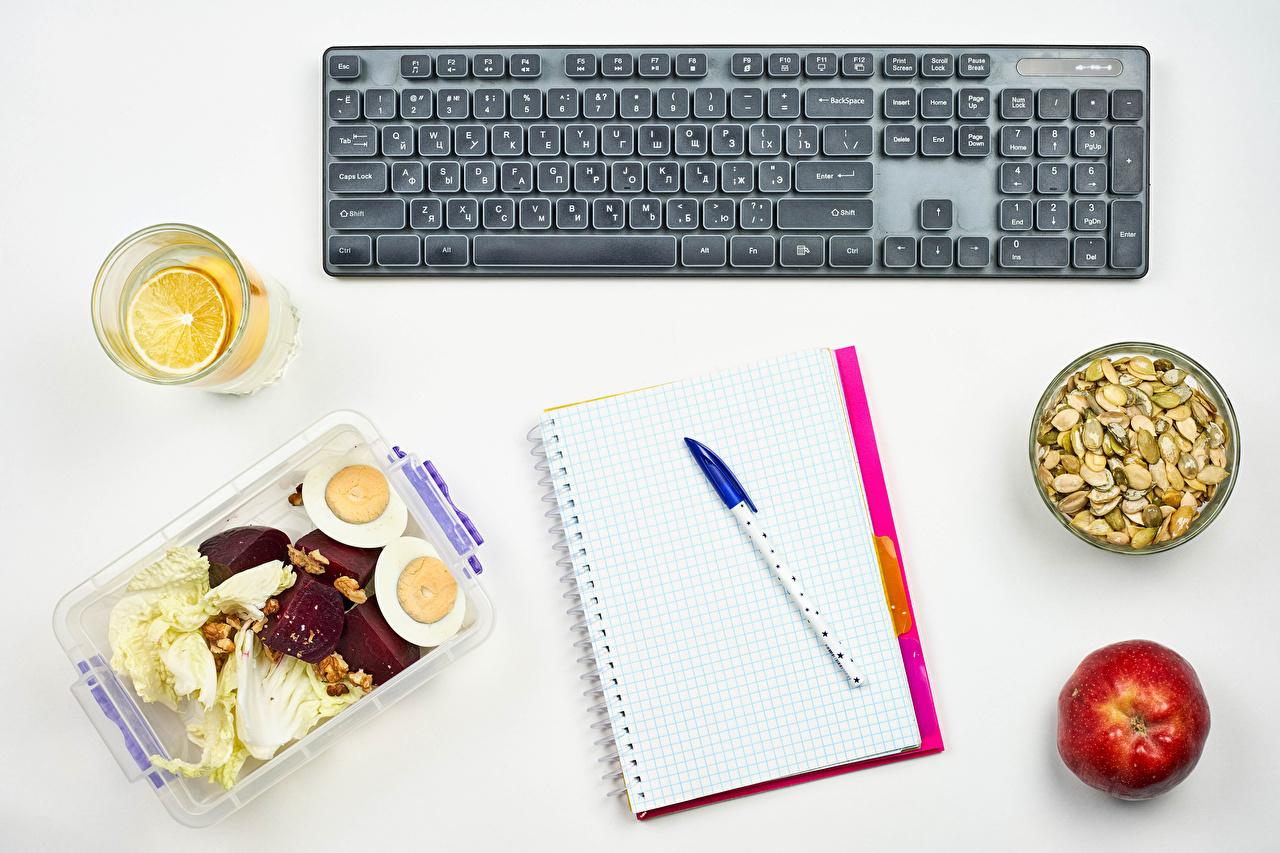 Foto Tastatur Kugelschreiber Ei Notizbuch Äpfel Trinkglas das Essen Nussfrüchte Weißer hintergrund eier Lebensmittel Schalenobst