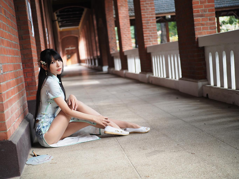 Foto Brünette Mädchens Bein Asiatische sitzt Starren Kleid junge frau junge Frauen Asiaten asiatisches sitzen Sitzend Blick