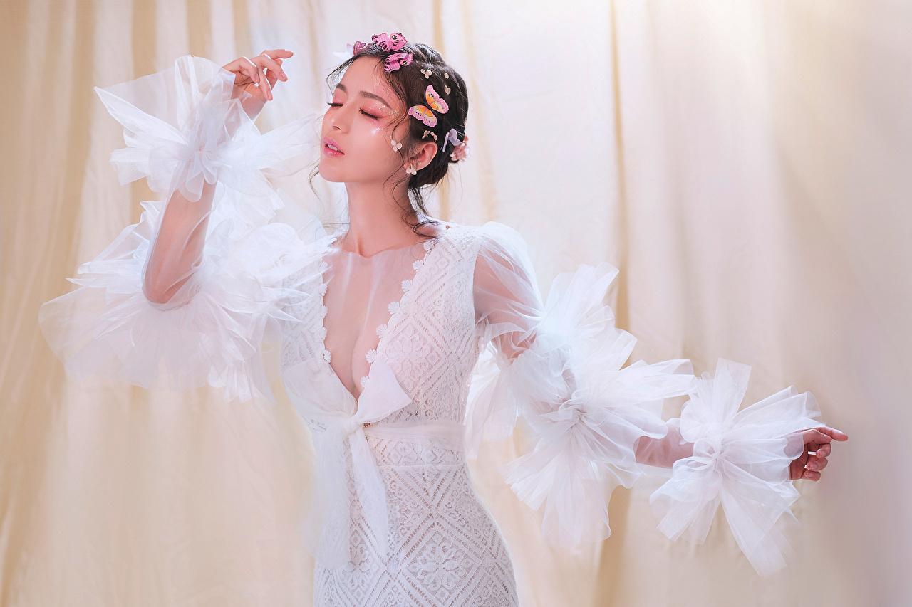 Fotos Schmetterling posiert Dekolleté Mädchens Asiatische Kleid Schmetterlinge Pose dekolletee junge frau junge Frauen Asiaten asiatisches